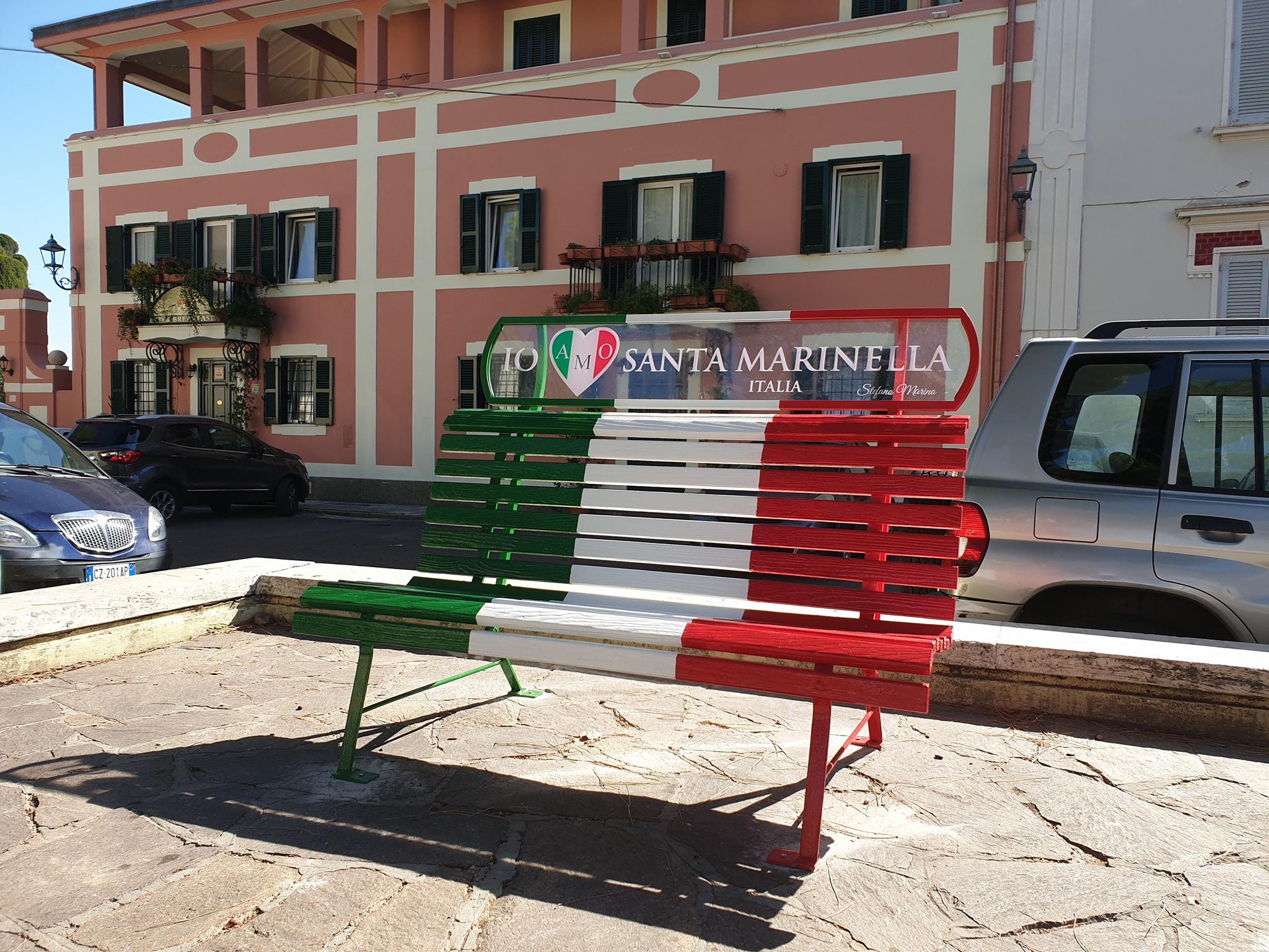 Una panchina tricolore a piazza Trieste.